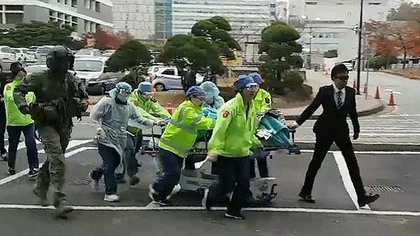"'JSA 귀순' 병사 2차 수술 중…""손상된 조직 절제"""