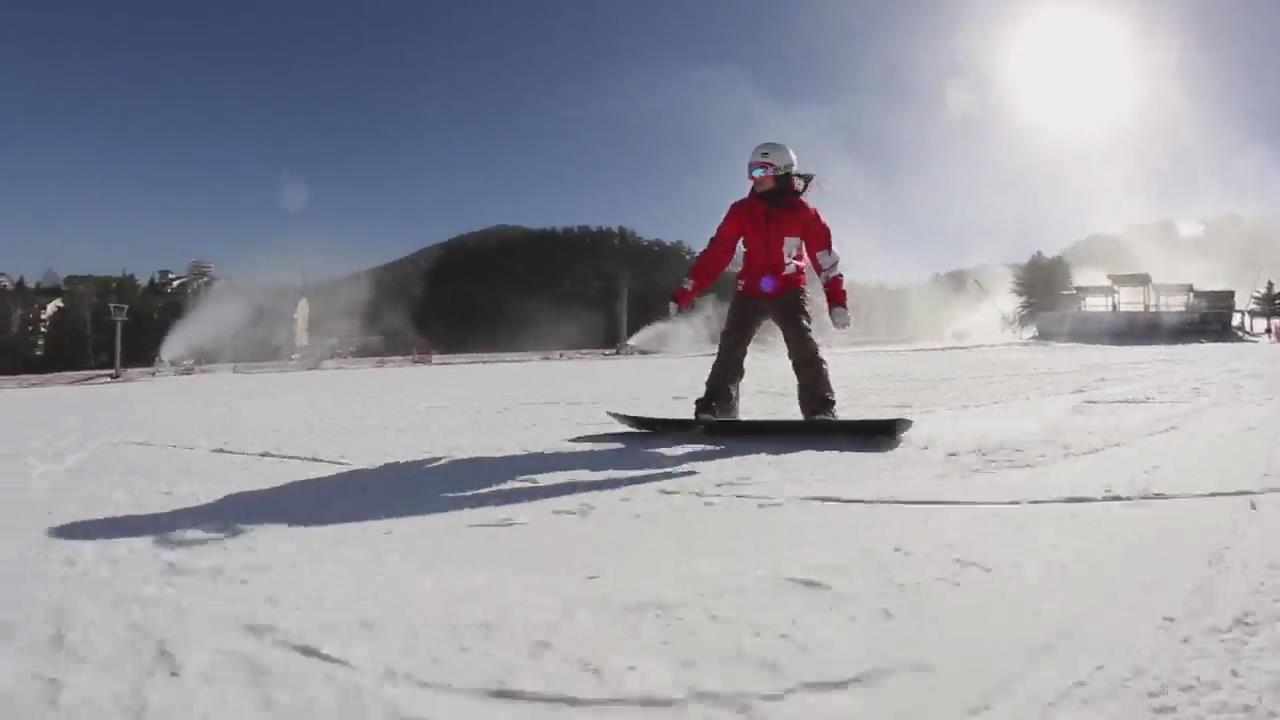 """스키어들 """"야! 겨울이다"""" …스키장 올해 첫 개장"""
