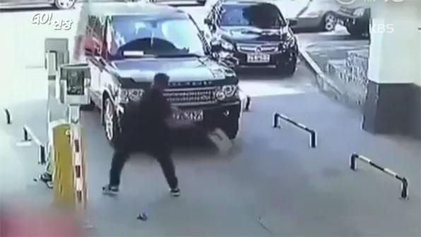 [고현장] 성격 급한 남성…주차장 차단기 '완전박살'