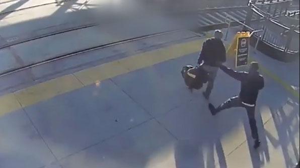 [고현장] 열차 지나갈 무렵, 시각장애인을 본 청년의 '반응'