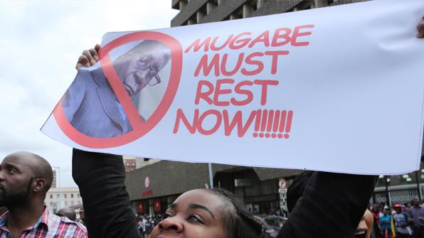 """짐바브웨 무가베, 집권당서 쫓겨나…""""20일까지 안물러나면 탄핵"""""""
