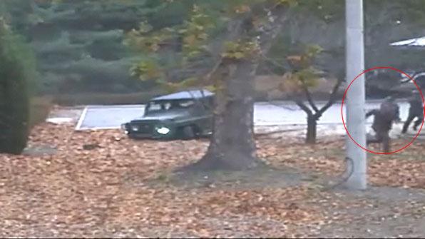 [영상] 긴박했던 JSA 귀순 순간…北 추격조 '엎드려 쏴'