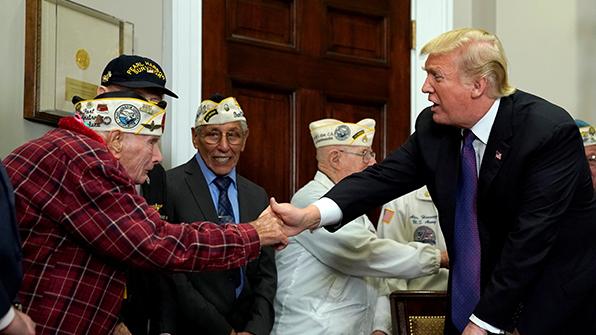 """트럼프, 진주만 공습 생존자들에게 경의…""""미국의 보물"""""""