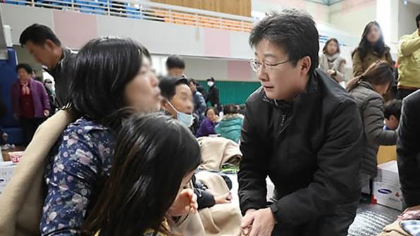 """유승민, 포항 지진피해 성금 전달…""""주택 복구에 바로 전달됐으면"""""""