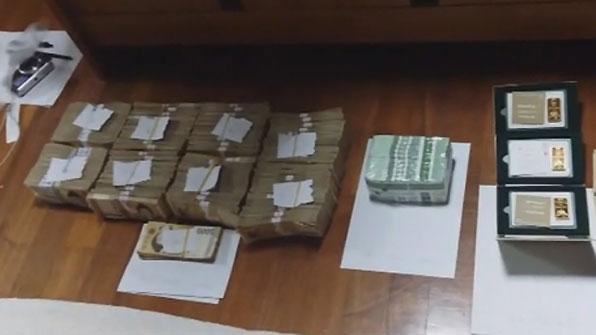 [고현장] 억대 체납자 자택 기습…금덩이·돈다발 '수두룩'