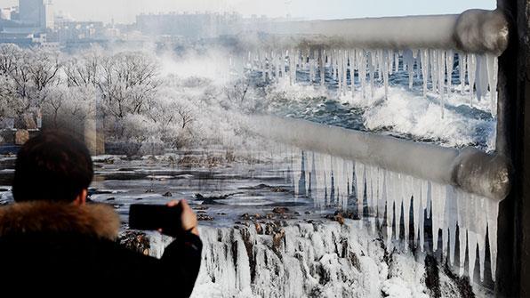 북극발 한파에 바닷물 '꽁꽁'…겨울철 조업도 차질