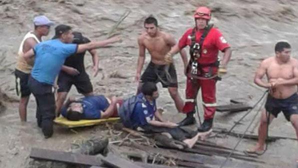 '버스 추락 참사' 페루서 폭우로 다리 붕괴…급류에 16명 실종