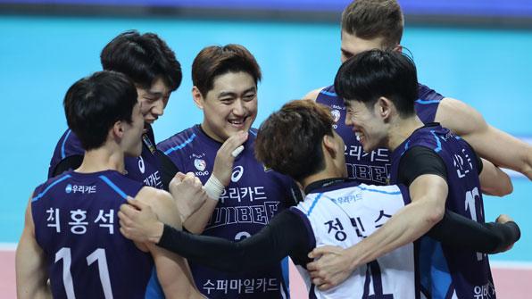삼성화재, 우리카드에 '짜릿한 대역전승'…2위로 4R 마감