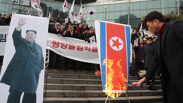 """北외곽대남단체, 인공기 등 '소각'에 """"용납못할 만행"""" 비난"""