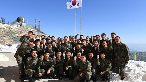 이왕근 공군총장, '하늘 아래 첫부대' 장병들과 떡국