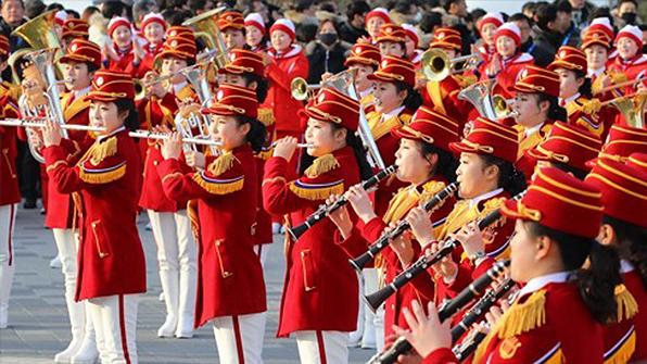 北응원단, 두번째 '깜짝 공연'…시민들 환호