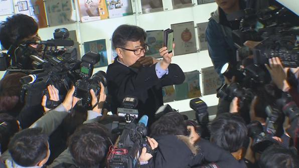 """[영상] 안희정 없는 회견장…허탈한 기자들 """"문자라도 찍자"""""""