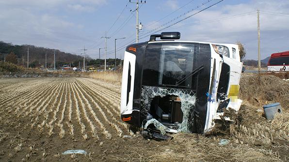 강화 석모도서 45인승 관광버스 전도…18명 경상