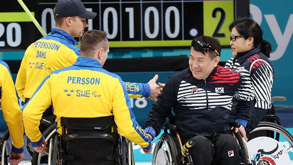 휠체어 컬링, 스웨덴 꺾고 공동 2위…4강 진출 눈앞