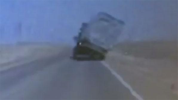 [고현장] 강풍의 위력…달리던 대형 화물차 '콰당'
