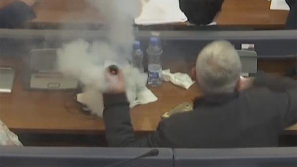 [고현장] 코소보 의회에 터진 최루탄…방독면 필수?