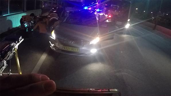 택시가 주차된 화물차 들이받아…1명 중상