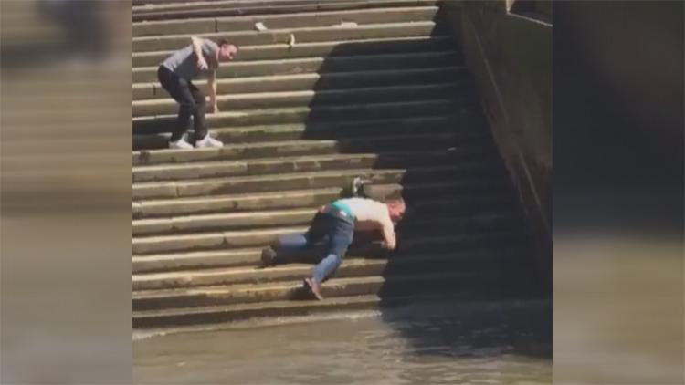 [고봉순] 의도치 않은 계단 슬라이딩 입수, '미끄럼 주의!'