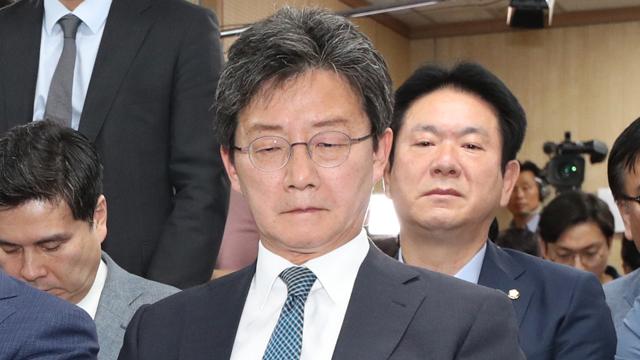 """유승민 대표 사퇴…안철수 """"당분간 성찰의 시간"""""""
