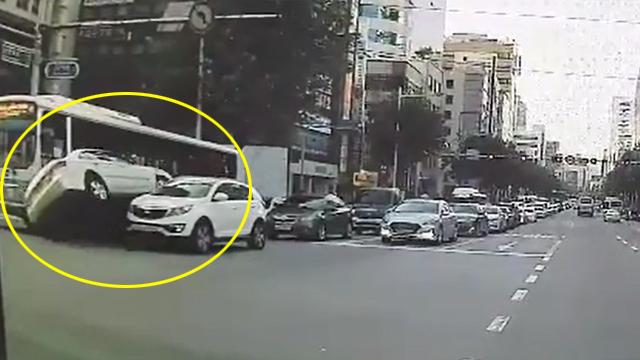 부산 신호위반 택시 승용차·버스 들이받아 4명 다쳐