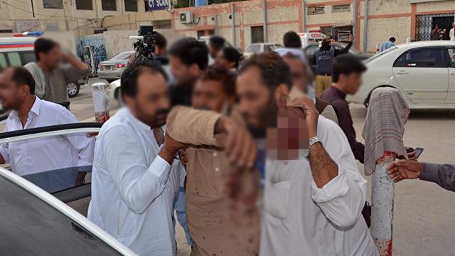 파키스탄 유세현장서 자폭공격…120여 명 사망