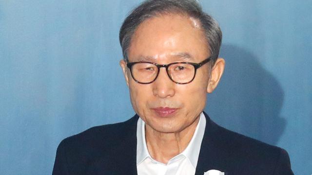 """검찰, MB 징역 20년 구형 …""""최고 권력자 총체적 비리"""""""