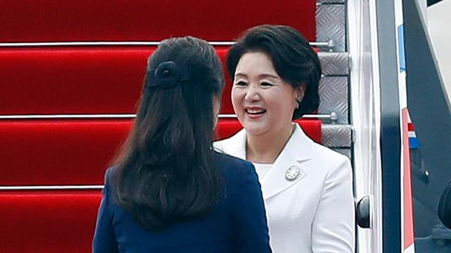 김정숙 여사, 리설주 여사와 아동병원·음악대학 방문
