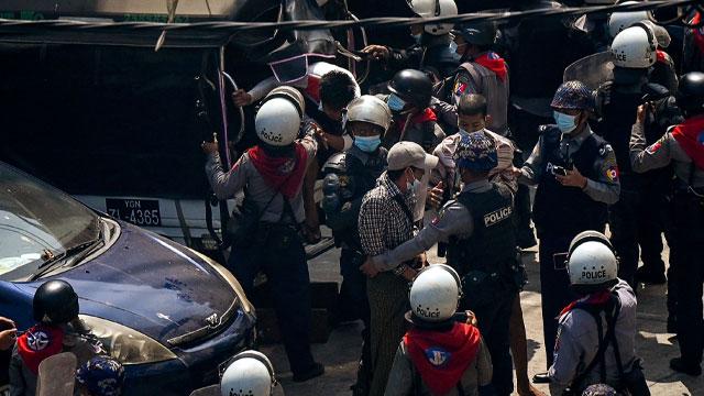 미얀마 쿠데타 항의 시위대 강경 진압…'총격'으로 부상