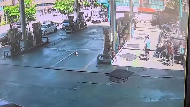 주유소서 차량에 깔린 직원, 시민 10여 명이 구조