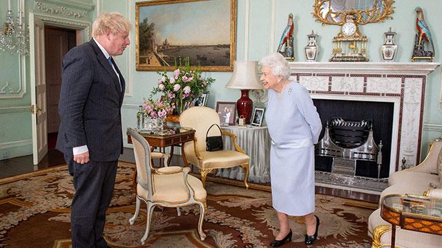 """영국 여왕, 코로나 후 버킹엄궁 알현 재개…""""딱한 보건 장관"""""""