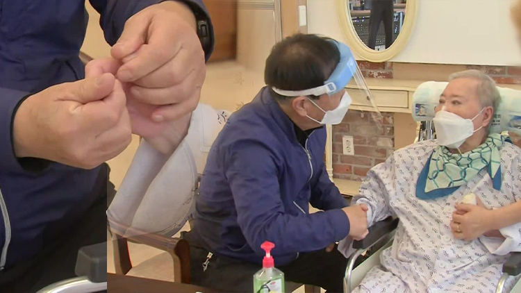 """""""얼굴 잊으면 안 돼""""…추석 맞아 두 달 만에 열린 요양병원"""