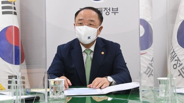 """홍남기 부총리 """"수출입 물류 애로 총력 대응…임시선박 12척 투입"""""""