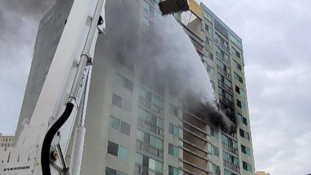 """""""킥보드 충전 중 불""""…창원 주상복합아파트에서 불, 23명 구조"""