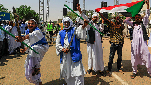 '군부는 어서 쿠데타를'…수단서 이틀째 친군부 시위