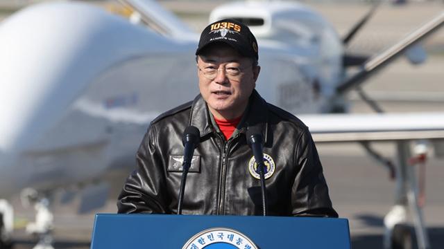 "FA-50 전투기 타고 ADEX 온 문 대통령 ""강한 국방력 목표는 평화"""