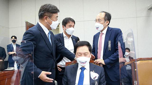 """여야, 운영위 국감 파행 책임 공방 """"대선 시위장 만들어"""" """"고의적 파행"""""""